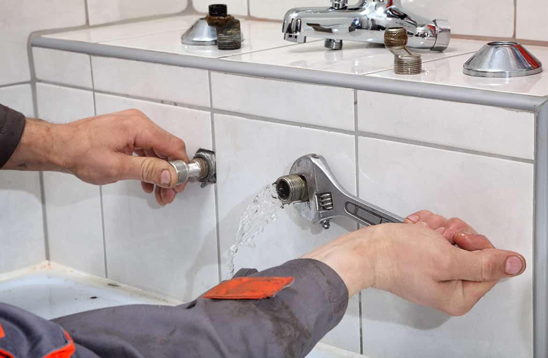 فحص وحل مشكلة تسربات المياه بالمواسير داخل المنزل